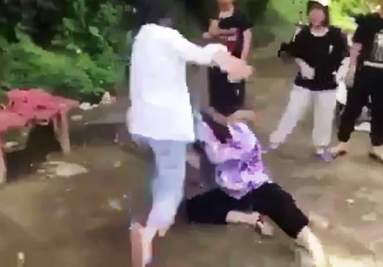 6 nữ sinh bị thôi học một tuần vì đánh bạn