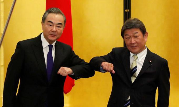 Ngoại trưởng Nhật Toshimitsu Motegi (phải) và người đồng cấp Trung Quốc Vương Nghị trong cuộc gặp tại Tokyo hôm nay. Ảnh: Reuters.