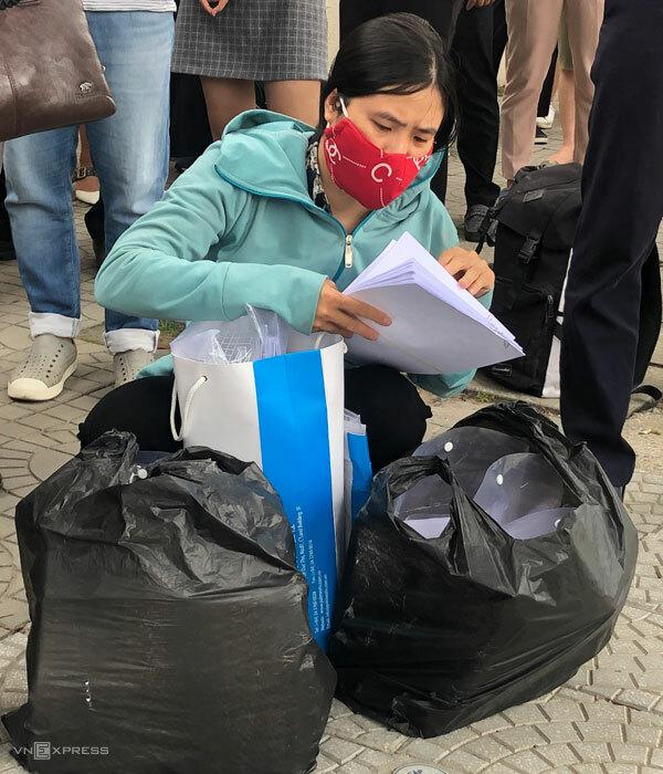 Có người mang hàng trăm bộ hồ sơ của lao động xuất khẩu đến làm thủ tục. Ảnh: Hoàng Phương