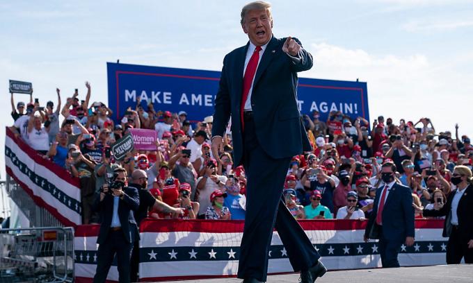 Tổng thống Donald Trump tại sự kiện vận động tranh cử ở Ocala, bang Florida hôm 16/10. Ảnh: AP.