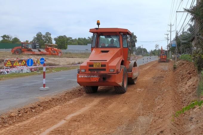 Xe đang thi công mở rộng đường 719 Kê Gà - Tân Thiện, ngày 25/11. Ảnh: Đức Huynh.
