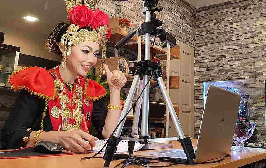 Cô giáo mặc trang phục truyền thống dạy online
