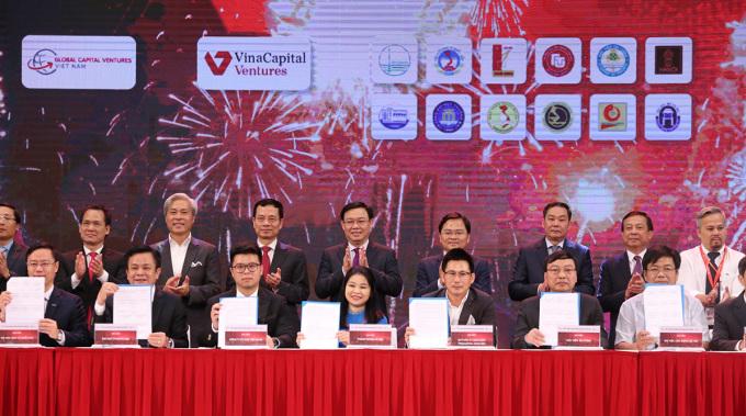 Các quỹ đầu tư và đại diện các trường đại học tại Hà Nội ký bản ghi nhớ hình thành Mạng lưới Đổi mới sáng tạo Thủ đô (Capital Venture Network). Ảnh: NX.