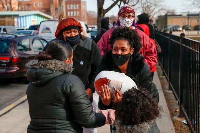 Tình nguyên viên phát gà tây miễn phí cho người khó khăn ở Chicago, Illinois, hôm 23/11. Ảnh: AFP.