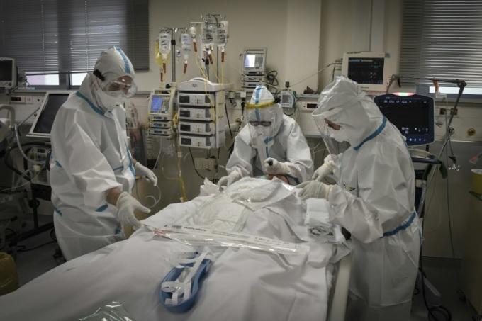 Y tá chăm sóc bệnh nhân Covid-19 tại Hy Lạp ngày 20/11. Ảnh: AFP.