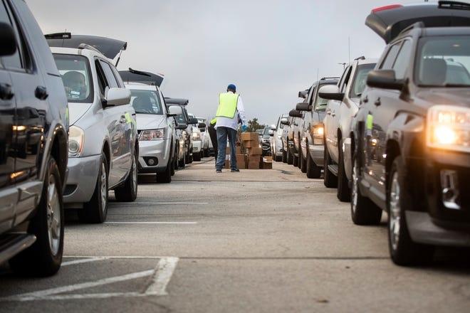 Đoàn ô tô xếp hàng nhận cứu trợ thực phẩm ở Arlington, Texas, hôm 20/11. Ảnh: AP.