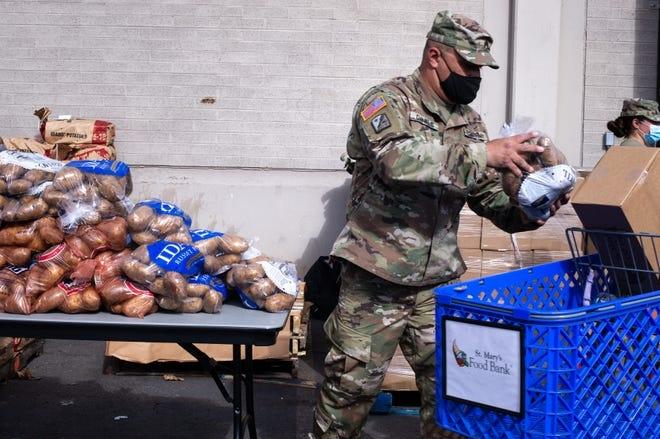 Người Mỹ xếp hàng 4 giờ nhận cứu trợ thực phẩm  - 2