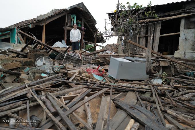 Một người đàn ông ở xã An Xá, Lệ Thủy, Quảng Bình đứng trước ngôi nhà mình sau trận lũ tháng 10. Ảnh: Ngọc Thành.