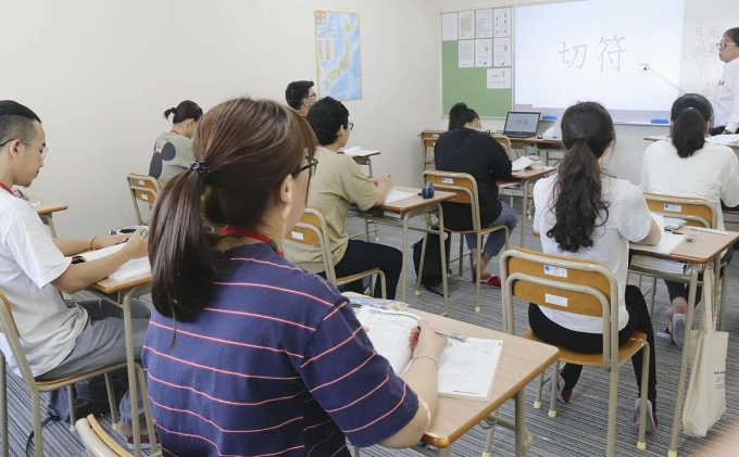 Nhóm sinh viên Việt Nam tại trường học tiếng Nhật ở thành phố Goto, tỉnh Nagasaki. Ảnh: Kyodo.