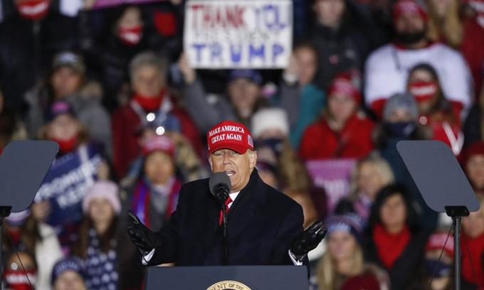 Tổng thống Mỹ Donald Trump vận động tranh cử tại thành phố Grand Rapids, bang Michigan đêm 2/11. Ảnh: AFP.