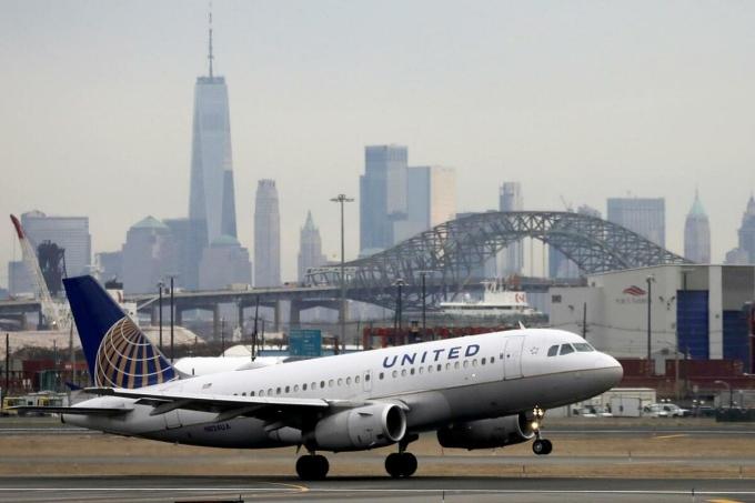 Một máy bay của United Airlines tại New Jersey, Mỹ. Ảnh: Reuters.
