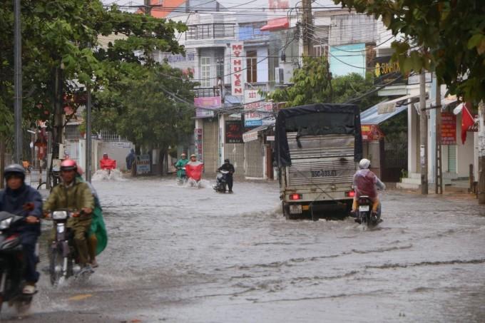 Đường 21/8 tại thành phố Phan Rang - Tháp Chàm bị ngập cục bộ, chiều 29/11.