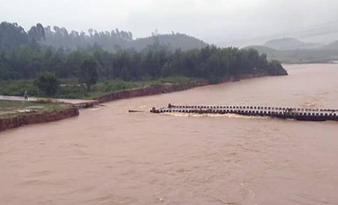 Mố cầu bắt qua sông Trang ở huyện Khánh Vĩnh bị sập, cuốn trôi. Ảnh: Thế An.