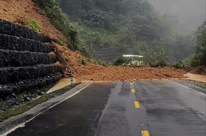 Đèo Khánh Lê trên quốc lộ 27C qua Khánh Hòa bị sạt lở, giao thông bị tê liệt. Ảnh: Thế An.