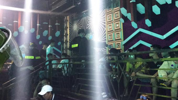 64 nam nữ đang sử dụng ma túy tại quán bar bị cảnh sát phát hiện. Ảnh: Hồ Nam