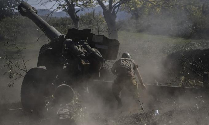Lính Armenia nã pháo vào vị trí Azerbaijan hôm 25/10. Ảnh: AFP.