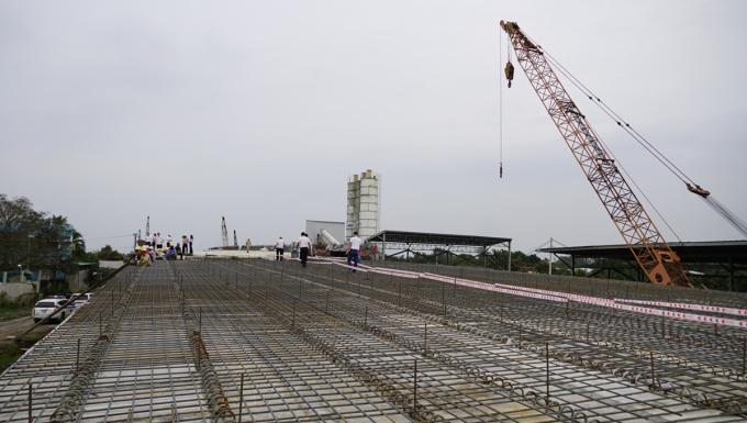 Một cầu vượt trên tuyến cao tốc đang được xây dựng. Ảnh: Hoàng Nam