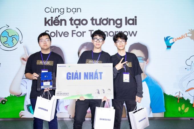 Nhóm Vượt thời gian đập tan thách thức được trao giải nhất Solve for Tomorrow 2020. Ảnh: Samsung Vina