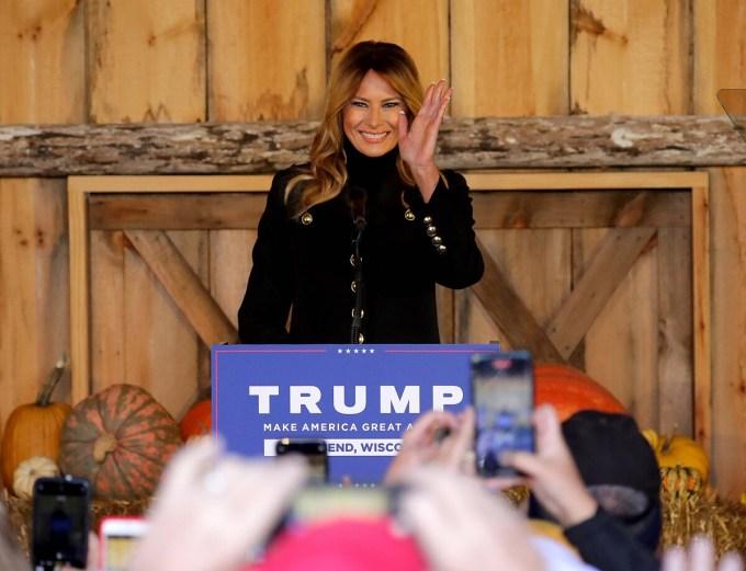 Melania Trump vẫy chào đám đông tại cuộc vận động tranh cử cho chồng ở Trang trại Kingsheart, bang Wisconsin, hôm 31/10. Ảnh: Milwaukee Journal Sentinel.