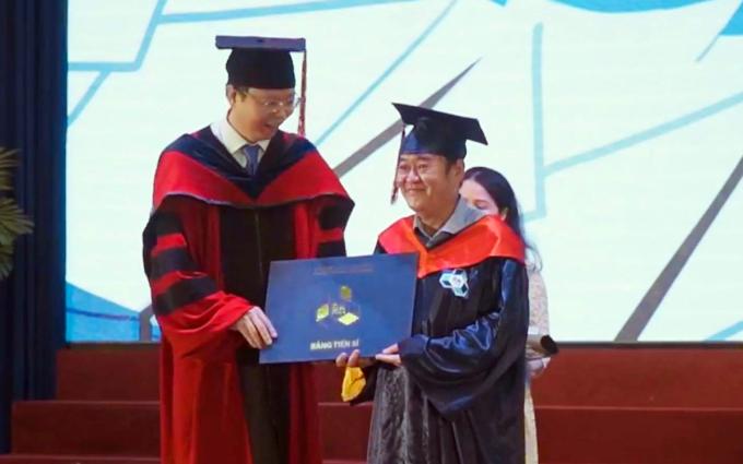 Ông Nguyễn Vinh Quan (phải) nhận bằng tiến sĩ từ PGS Mai Thanh Phong, Hiệu trưởng Đại học Bách khoa TP HCM, ngày 28/11. Ảnh: Đại học Bách khoa TP HCM.