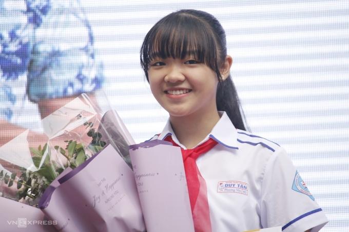 Nguyễn Hoàng Phương Nhi nhận giải ba quốc tế Viết thư UPU lần thứ 49, sáng 1/12. Ảnh: Thanh Hằng