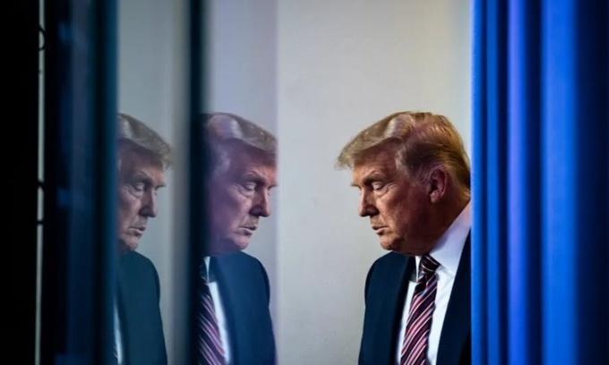 Tổng thống Trump trên đường tới phòng họp báo ở Nhà Trắng ngày 20/11. Ảnh: Washington Post.