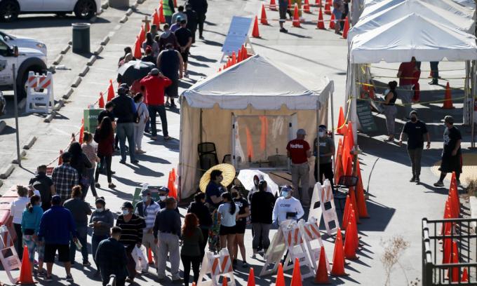 Người dân xếp hàng chờ xét nghiệm nCoV tại thành phố Los Angeles, bang California, Mỹ, hôm 30/11. Ảnh: AFP.