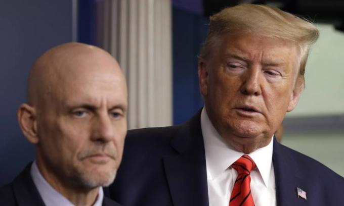 Tổng thống Mỹ Donald Trump (phải) và Giám đốc FDA Stephen Hahn trong cuộc họp báo tại Nhà Trắng hôm 19/3. Ảnh: AP.