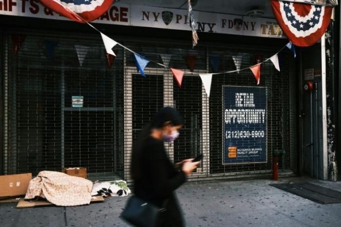Một cửa hàng đóng cửa, treo biển cho thuê lại ở Mỹ. Ảnh: AFP