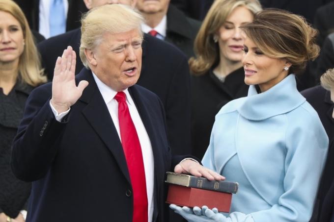 Tổng thống Trump tuyên thệ nhậm chức ngày 20/1/2017. Ảnh: AP.