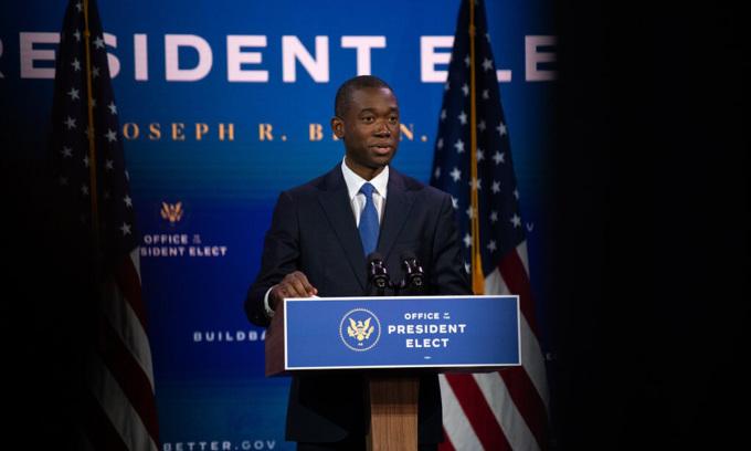 Adewale Adeyemo phát biểu trong buổi giới thiệu đề cử của Joe Biden ở Wilmington, bang Delaware hôm 24/11. Ảnh: NYTimes.