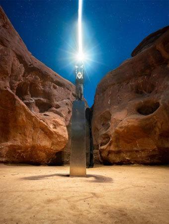 Bernards chụp ảnh trên chiếc cột kim loại ở bang Utah tối 27/11. Ảnh: Instagram/Ross Bernards.