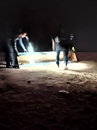 Nhóm 4 người bí ẩn tháo dỡ chiếc cột kim loại ở bang Utah mang đi tối 27/11. Ảnh: Instagram/Ross Bernards.