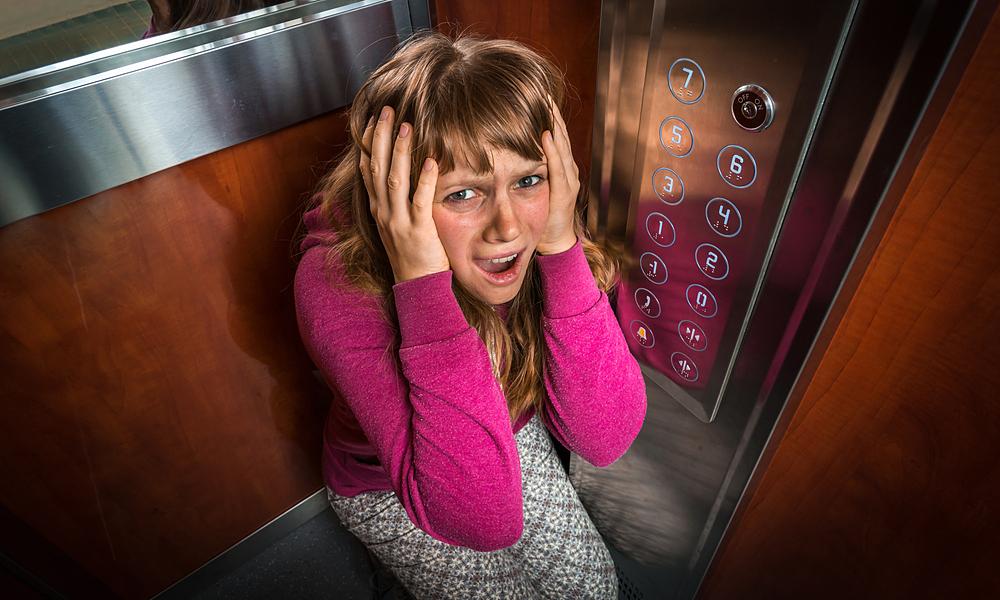 Làm thế nào nếu bị kẹt trong thang máy?