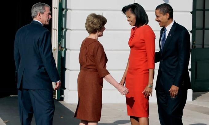 Vợ chồng tổng thống George W. Bush đón tiếp vợ chồng tổng thống Barack Obama tham quan Nhà Trắng 6 ngày sau khi Obama giành chiến thắng bầu cử hồi năm 2008. Ảnh: Washington Post.