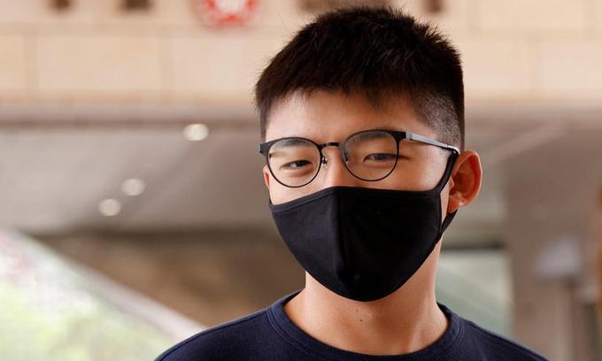 Joshua Wong đến tòa án ở Hong Kong hôm 3/11. Ảnh: Reuters.