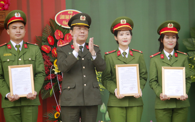Thủy Tiên (đầu tiên, từ phải qua) nhận quyết định phong cấp bậc trong lễ tốt nghiệp, sáng 25/11. Ảnh: Thanh Hằng