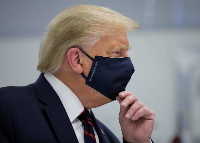 Tổng thống Donald Trump tại Trung tâm đổi mới Công nghệ sinh học Fujifilm Diosynth ở Bắc Carolina hồi cuối tháng 7. Ảnh: Reuters.