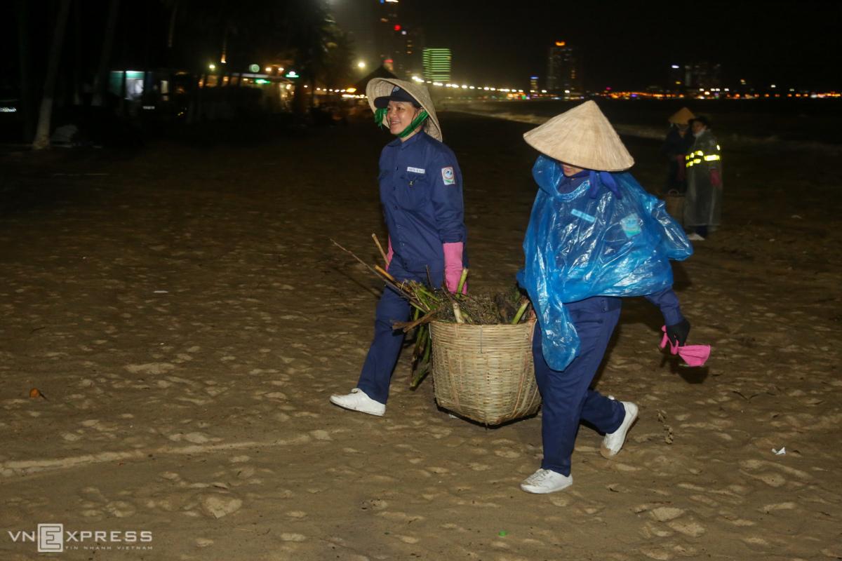 Công nhân dọn rác trên bãi biển Nha Trang