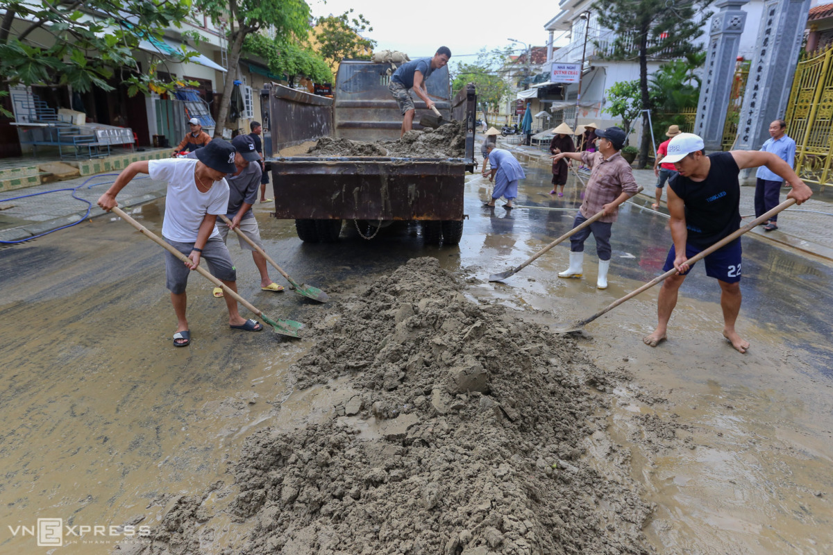 Người Hội An dọn bùn đất sau lũ