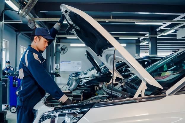Nhân viên kỹ thuật của Peugeot kiểm tra xe.