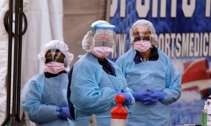 Nhân viên y tế tại điểm lấy mẫu xét nghiệm nCoV tại Đại học Y tế Washington, Seattle, ngày 17/3. Ảnh: AP.