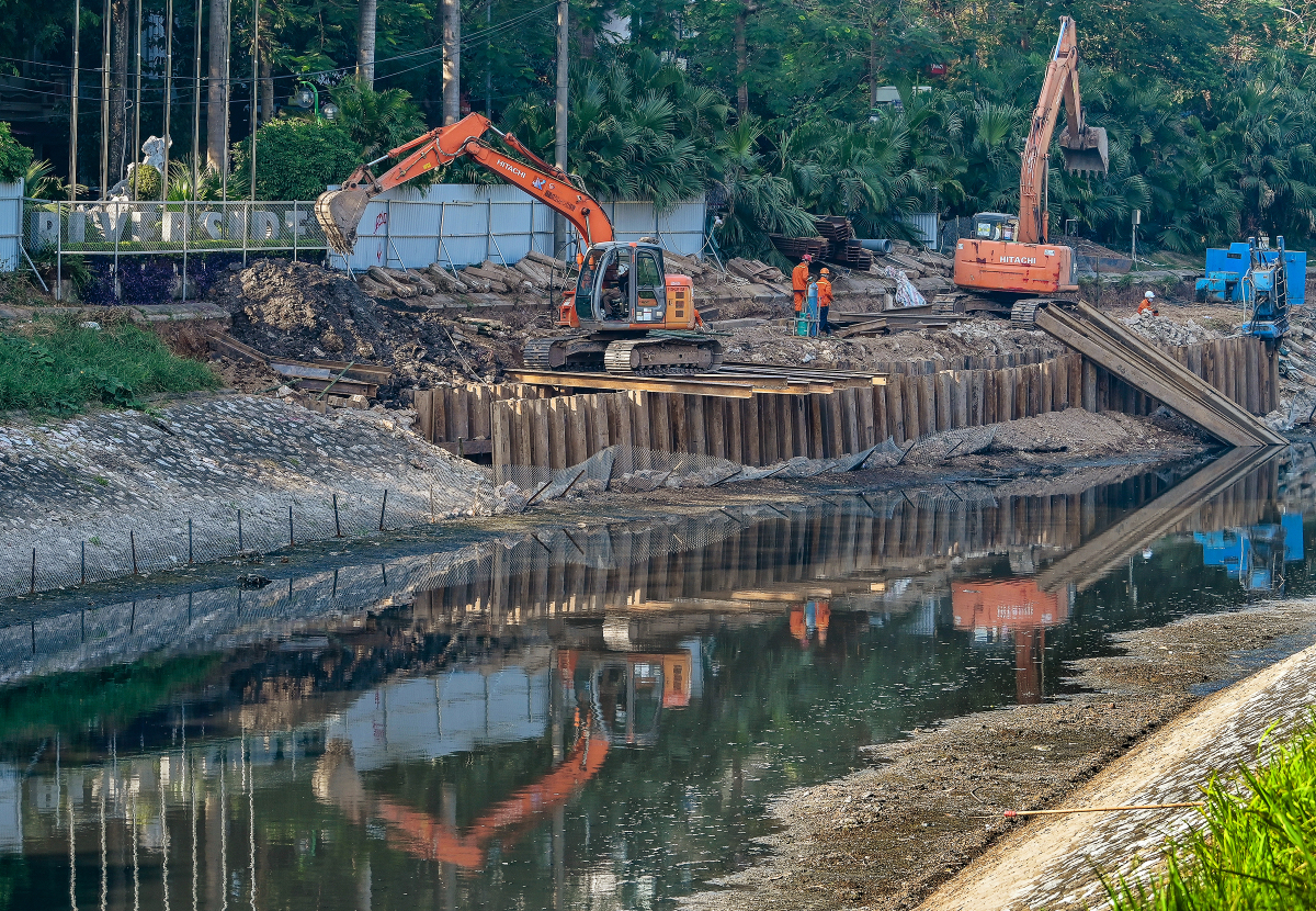 Công trường xây dựng cống bao quanh sông Tô Lịch