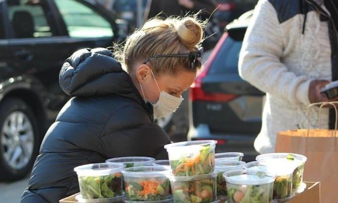 Emily Bugg chuẩn bị các suất ăn tặng người khó khăn ngày Lễ Tạ ơn. Ảnh: Thresholds