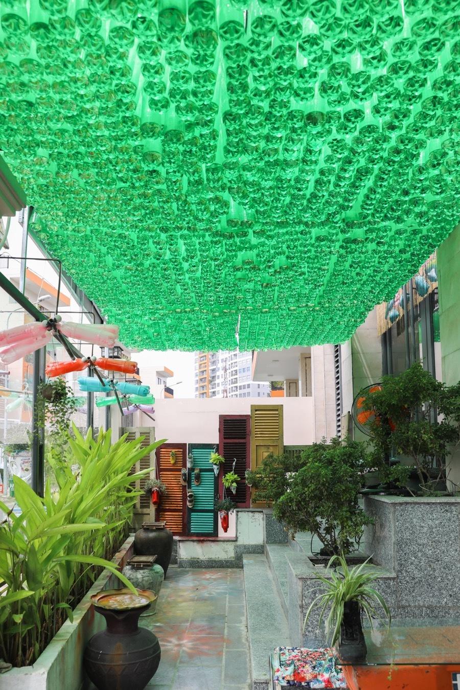 Quán cà phê trang trí bằng rác thải tái chế ở Sài Gòn
