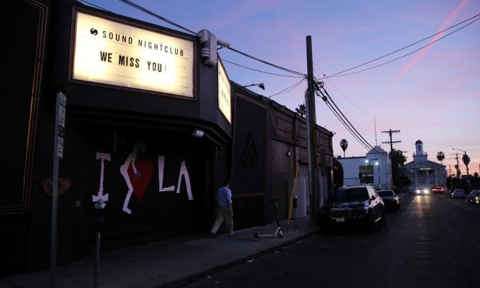 Bên ngoài một hộp đêm bị đóng cửa tại hạt Los Angeles, nam california, hôm 6/12. Ảnh: AFP.