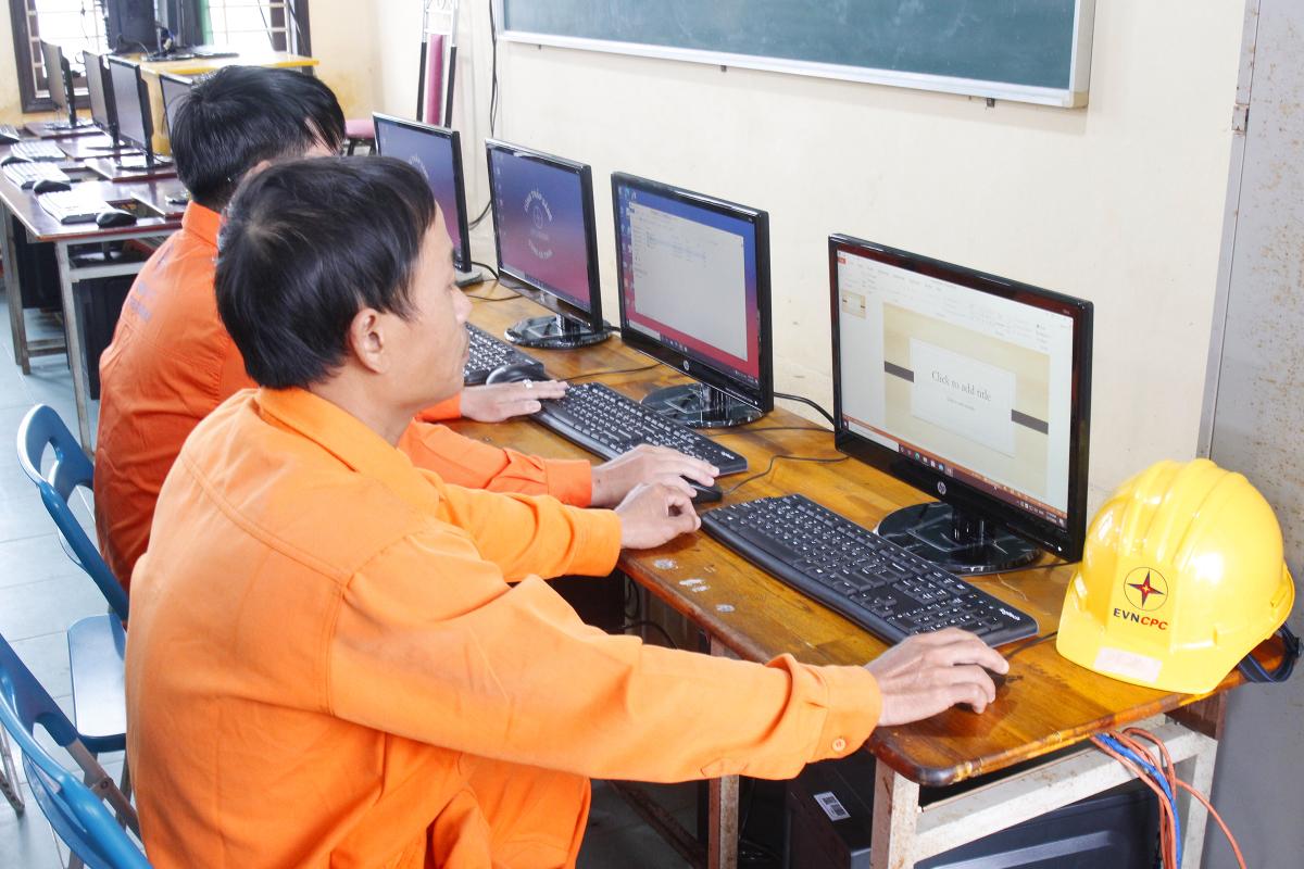 Học sinh vùng lũ háo hức với máy tính mới