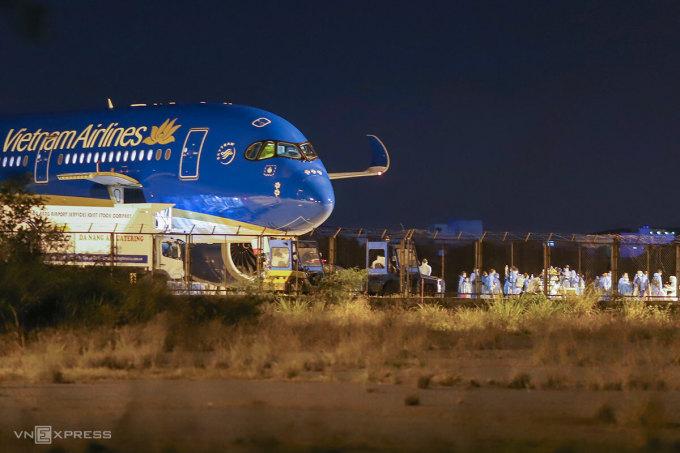 Một chuyến bay giải cứu đưa người Việt về sân bay quốc tế Đà Nẵng, ngày 16/8. Ảnh: Nguyễn Đông.