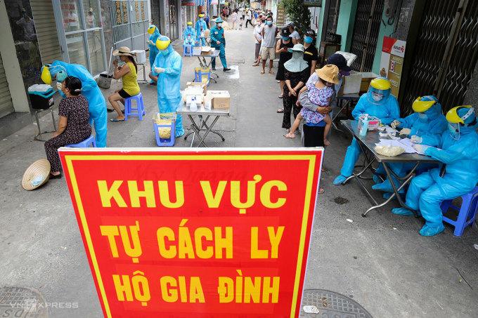 Đà Nẵng xét nghiệm diện rộng để nhanh chóng khống chế dịch bệnh trong làn sóng Covid thứ hai. Ảnh: Nguyễn Đông.