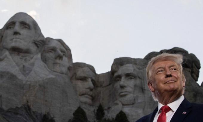 Ảnh Tổng thống Mỹ Donald Trump bên các bức điêu khắc của các cố tổng thống trên Núi Rushmore do Ivanka chia sẻ hôm 7/12. Ảnh: AP.